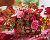 Körbchen mit Rosen, Hagebutten, Weissdorn und Wildem Wein
