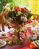 Herbstliche Deko mit Äpfeln, Wildem Wein, Clematis und Efeu