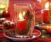 Glas mit roter Kerze