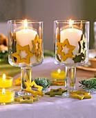 Weingläser als Windlichter mit Holzsternen dekoriert
