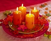 Teller mit Kerzen und Sternen