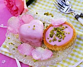 Petit Four und Tortelett mit rosa Zuckerguss