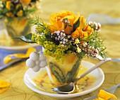 Tasse mit gelben Rosen, Frauenmantel und Thymian