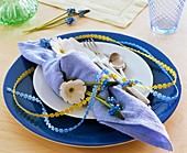 Napkin decorated with primula and grape hyacinth