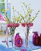 Frisch ausgetriebene Birkenzweige mit Kränzchen aus Hyazinthenblüten