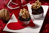 Trockenfrucht-Konfekt mit Schokolade und Walnuss