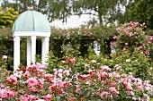 Rosengarten mit Pavillon