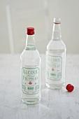 Zwei Flaschen Alkohol zum Konservieren von Früchten