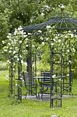 Gartenpavillon mit weissen Rosen