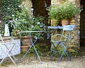 Klappstühle und Tisch im ländlichen Garten