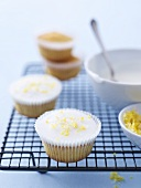 Cupcakes mit Zitronenglasur auf Kuchengitter