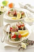 Aspik mit Schinken, Oliven, Ei und Paprika zu Ostern