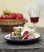 Italienische Brotzeit mit Hartwurst, Oliven und Käse