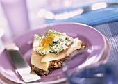 Forellenfilet mit Frischkäse & Kaviar auf Siebenkornbrot