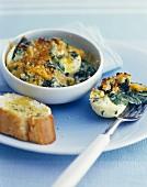 Gekochte Eier mit Spinat und Käse überbacken