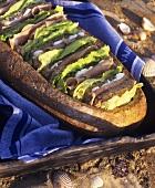 Sandwiches in ausgehöhltem Brot