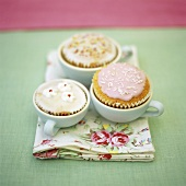 Verzierte Cup Cakes in Tassen