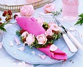 Festliches Gedeck mit Serviettenring aus Rosen, Rosmarin und Brombeeren