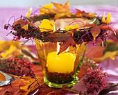 Kerzenglas mit Kranz aus Erica und Herbstlaub