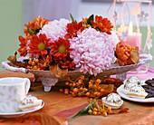 Blumenschale mit Chrysanthemen und früchten von Baumwürger