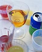 Verschiedene Getränke in Gläsern und in Dose