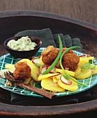 Panierte Egerlinge auf lauwarmem Kartoffelsalat und Remoulade