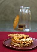 Brickteigblätter mit Sesamöl und Dattelcreme