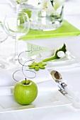 Weisser Teller mit grünem Apfel und Platzkärtchen