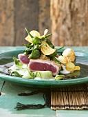Kurz angebratene Thunfischfilets auf Gurkensalat