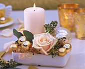 Kerze mit Rose & Weihnachtsbaumkugeln in viereckiger Schale