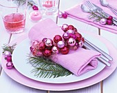 Place-setting with napkin ring of pink Christmas baubles