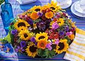 Kranz aus Sonnenblumen, Ringelblumen, Kornblumen, Zinnien und Phlox