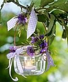 Windlicht mit Kornblumen und weißem Steinklee am Kirschzweig