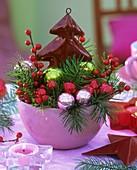Weihnachtsgesteck mit Douglasie-Zweigen und Winterbeeren