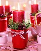 Adventskerzen (Rote Stumpenkerzen mit Weihnachtsschmuck)