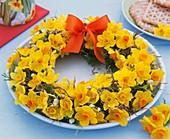 Frühlingskranz (aus Narzissen, Heu und Zweigen)