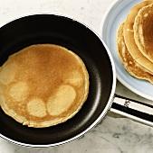 Pancake in der Pfanne ausbacken