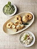 Spicy lentil doughnuts with coconut- & mint chutney (India)