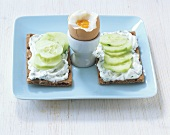 Crispbread with cucumber and boiled egg