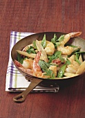 Pan-cooked mangetout and shrimps