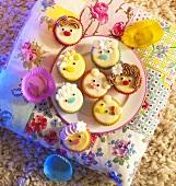 Cupcakes mit lustigen Gesichtern für Kinder