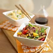 Gebratenes Schweinefleisch mit Gemüse, Reis, Hoisinsauce (China)