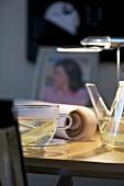 Ingwertee auf einem Schreibtisch