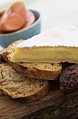 Brie with fig and aniseed bread
