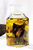 Beinwellwurzelöl im Apothekerglas