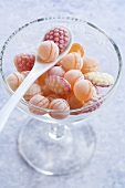 Verschiedene Fruchtbonbons in Glasschale