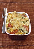 Pasta gratin with courgettes and tomatoes