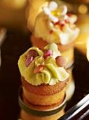 Mini cupcake with pistachio cream and chocolate beans