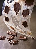 Schokoladenblätter aus dem Model herauslösen