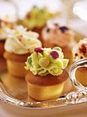 Mini-Cup Cakes mit buntem Creme-Topping